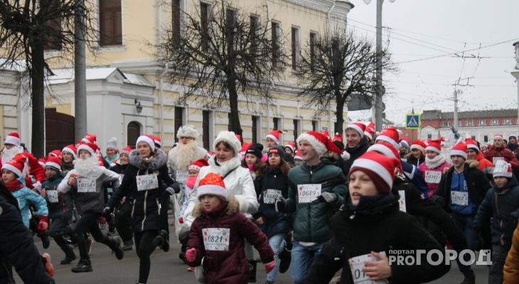По центру Владимира пробежали, проехали и прошли 2 000 Дедов Морозов и Снегурочек