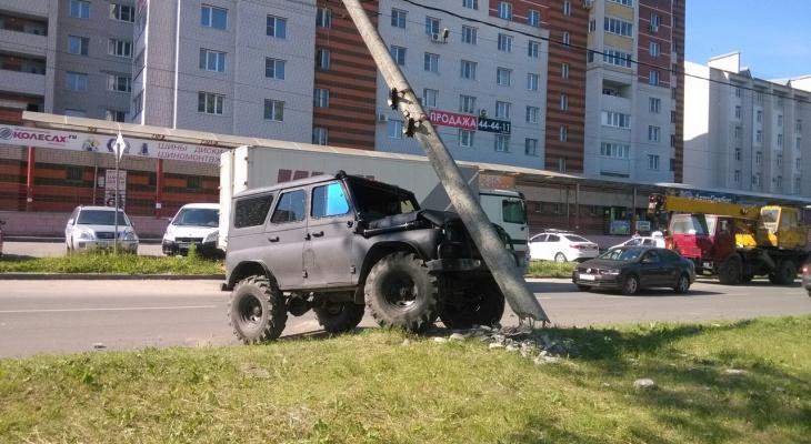 В Добром водитель внедорожника протаранил столб (фото)
