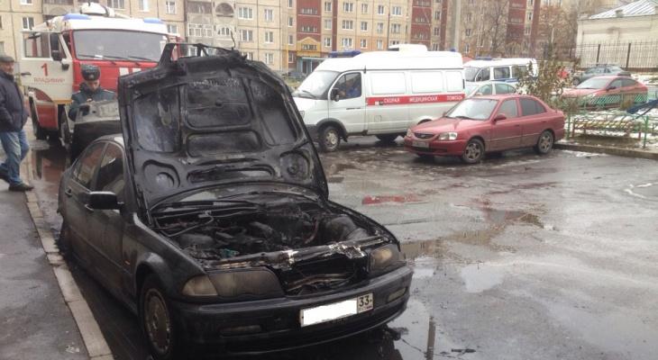 Сегодня утром на Фатьянова полыхала иномарка (видео)