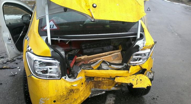 В Кольчугино автомобиль вытолкнул такси прямо под несущийся грузовик