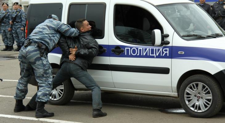 Кольчугинский хулиган беспричинно атаковал припаркованный автомобиль