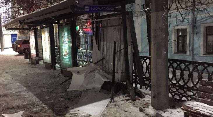 В центре Владимира автоледи влетела в остановку