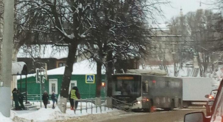 Во Владимире автобус полный пассажиров снес забор и влетел в дерево