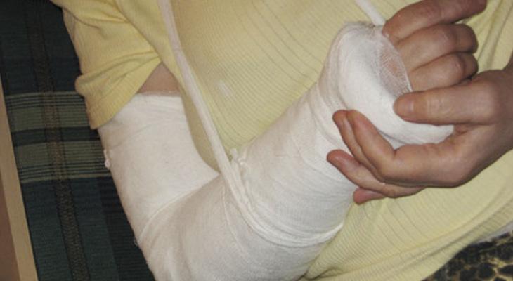 Из-за долгов букмекеру подросток сломал бабуле руку, чтобы украсть её сумку