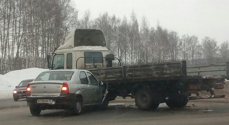 На Пекинке легковой автомобиль протаранил грузовой