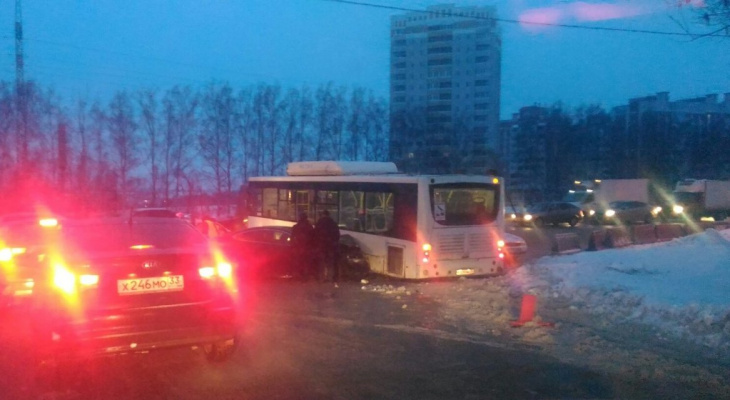 Пекинка встала в пробку: ДТП с автобусом заблокировало движение