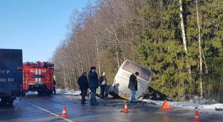 Иномарка столкнулась с автобусом под Киржачом, двое людей погибли