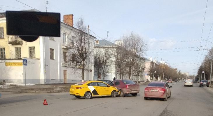 Во Владимире известное такси столкнулось с легковушкой