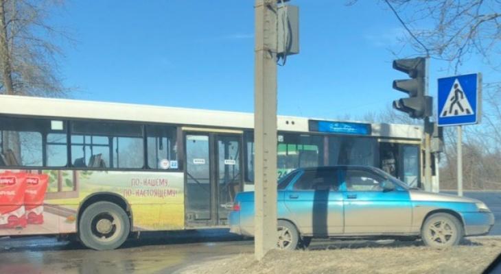 ДТП во Владимире: автобус столкнулся с легковушкой на выезде на Пекинку