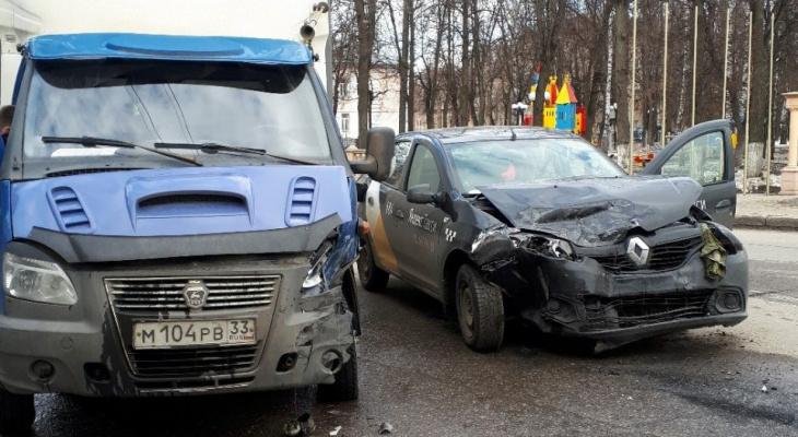 Во Владимире в стельку пьяный таксист устроил ДТП (видео)