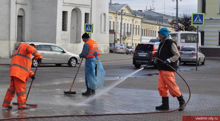 Весенняя уборка во Владимире началась с мытья дорог, тротуаров и остановок