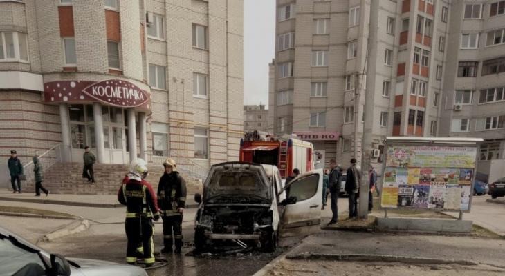 На Верхней Дуброве вспыхнул легковой автомобиль