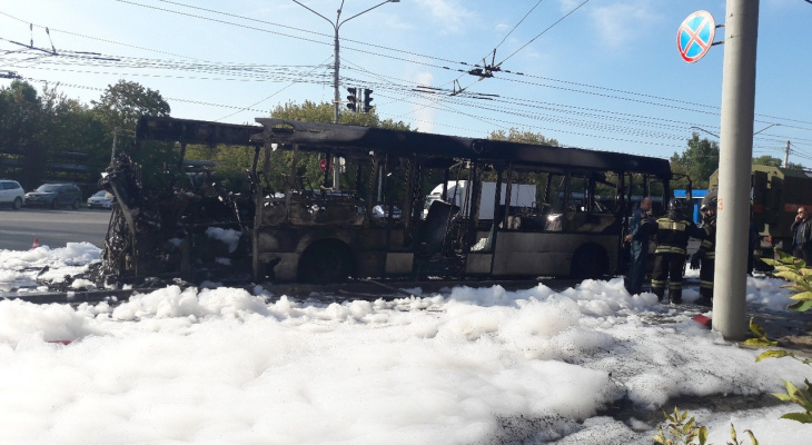 """""""Высокий столб черного дыма"""": очевидец о горящем автобусе у ВХЗ"""