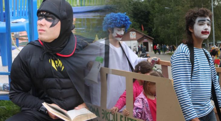 «Театральные именины» в «Дружбе»: Бетмен с книгой, люди-гиганты и мимы в танке