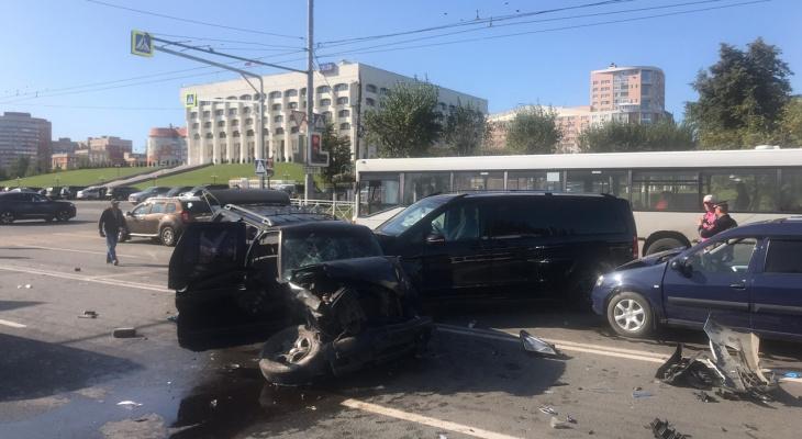 Масштабное ДТП у Белого дома: столкнулось шесть машин