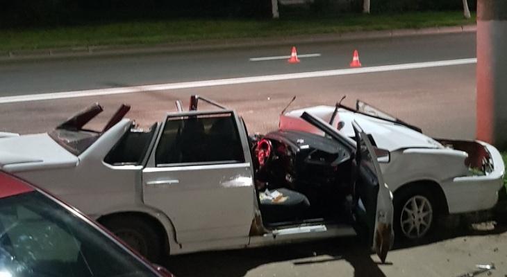 """Спасатели """"вырезали"""" водителя из автомобиля, попавшего в ДТП на Чайковского"""
