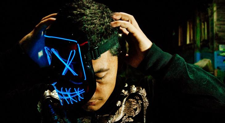 Лицо в неоновой маске: креативный фотопроект владимирца