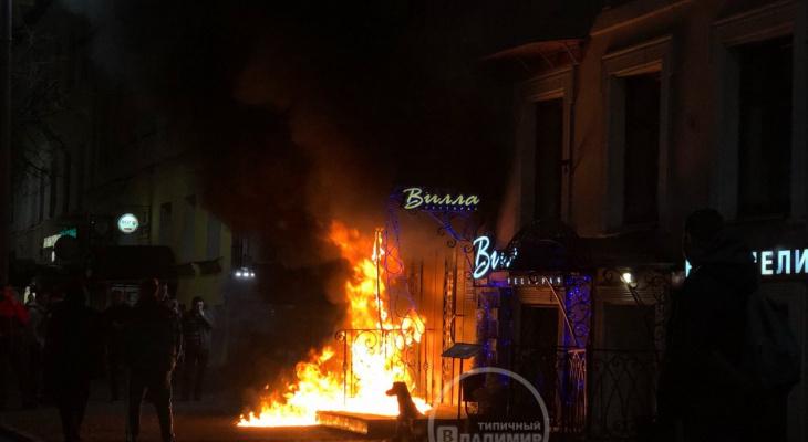 Сегодня ночью во Владимире сгорел вход караоке-клуба «Сири»