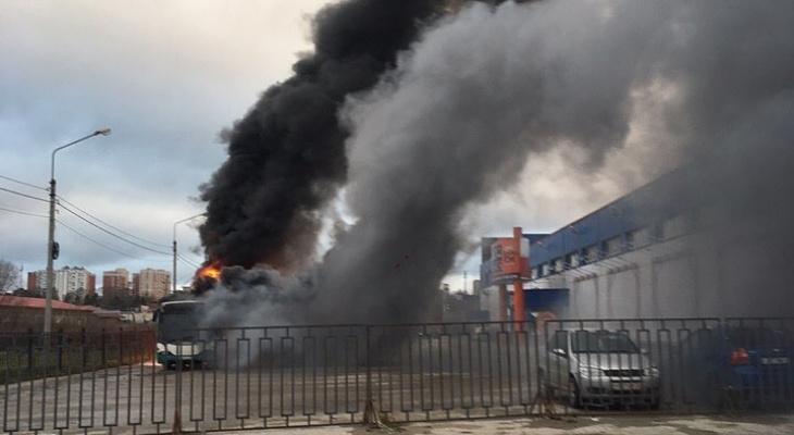Утром рядом с рынком «Флора» загорелся автобус