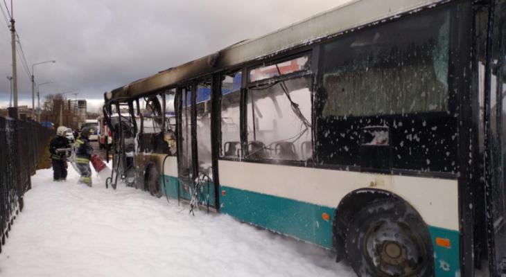 Появилось видео с пожара в автобусе на Мостостроевской