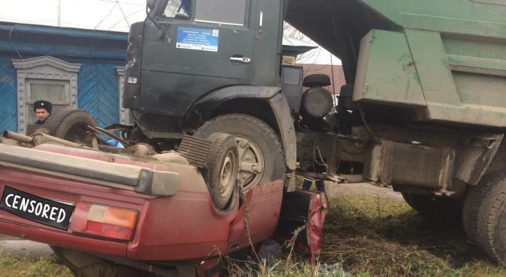Подробности происшествия в Коврове: КамАЗ и ВАЗовская «пятерка»
