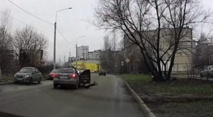 Во Владимире девушка выпала из машины прямо во время движения
