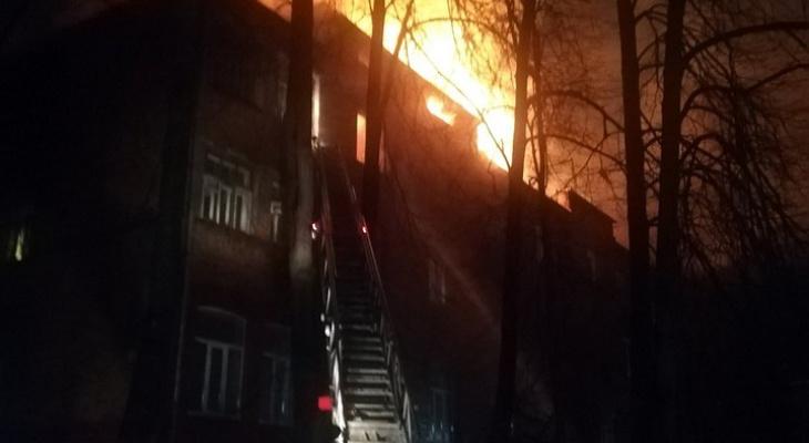 Сильный пожар в Кольчугине оставил без крова 10 семей