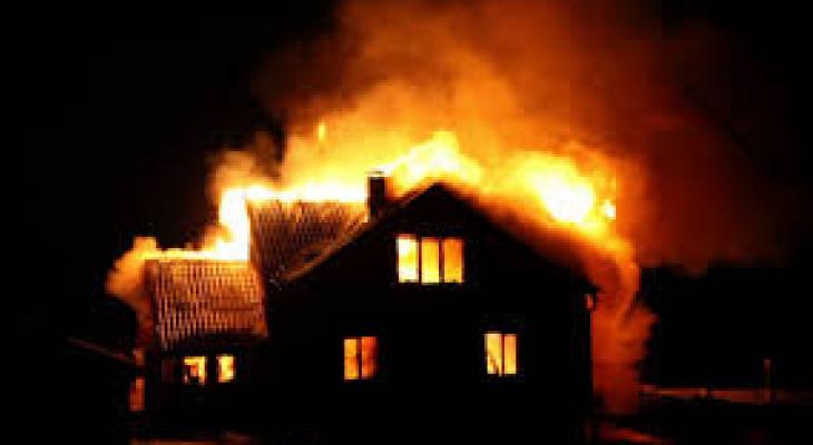 Сегодня ночью загорелся дом в Александровском районе