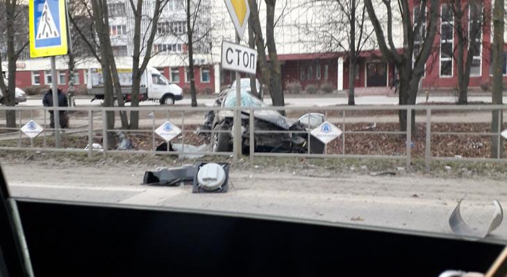 На повороте на «Глобус» иномарка снесла забор