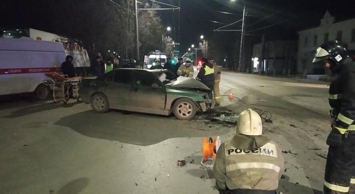 Страшная авария: «Пежо» и «Логан» столкнулись на встречке