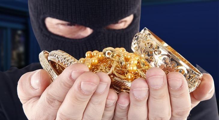 Житель Радужного украл серебряные серьги и золото. Виновника нашли и наказали