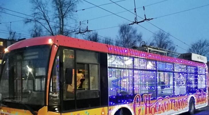 По Владимиру катается новогодний троллейбус