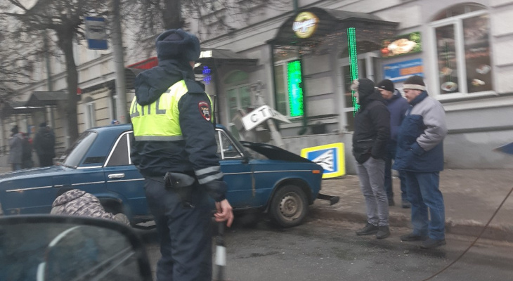 Во Владимире ВАЗ-2106 снес светофор