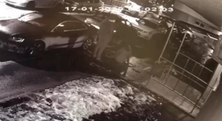 Выпала с шестого этажа: появилось видео несчастного случая во Владимире