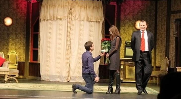 Владимирец вышел на сцену театра и предложил своей девушке руку и сердце