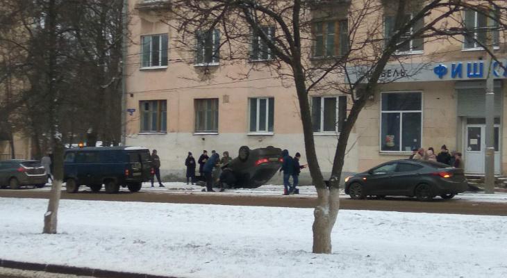 Во Владимире перевернулся автомобиль с девушкой