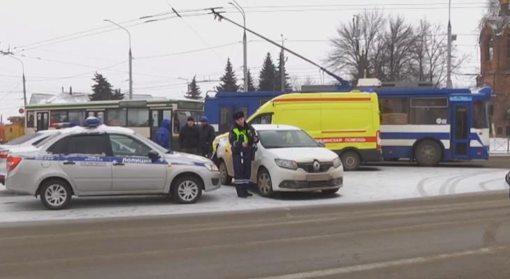 В центре Владимира такси столкнулось со скорой помощью