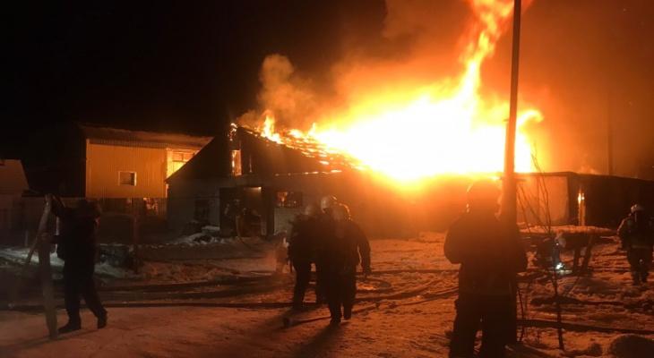 В Радужном сгорело 1600 квадратных метров мебельной фабрики