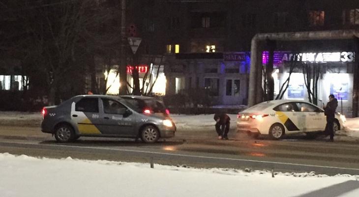 Во Владимире произошла авария сразу с двумя такси