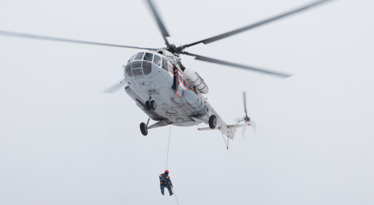 В Добрынском спасатели учатся прыгать с парашютом. Фото с места события