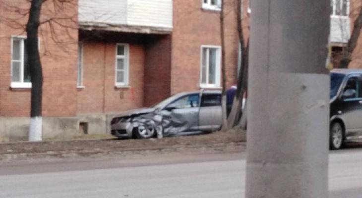 Во Владимире машина на полной скорости вылетела на тротуар