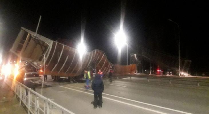 Во Владимирской области грузовик снес надземный переход