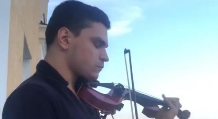 Владимирский скрипач дает концерты на балконе