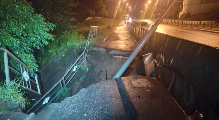 Прошедший ливень обрушил часть трассы М-7 в Боголюбово