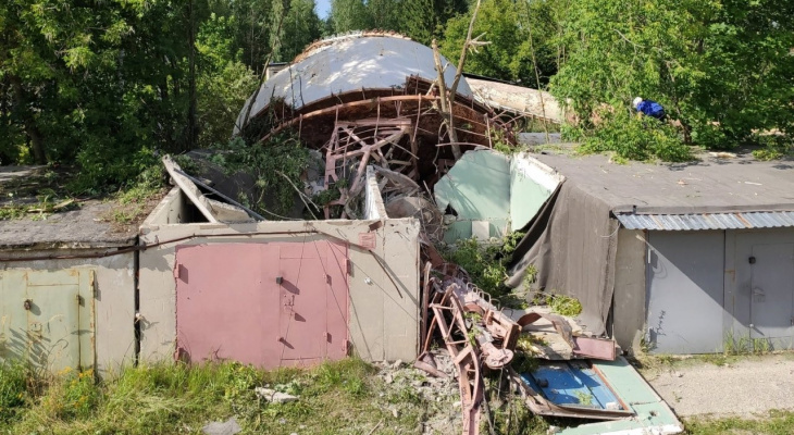 В Коврове вышка связи рухнула на расположенные рядом гаражи