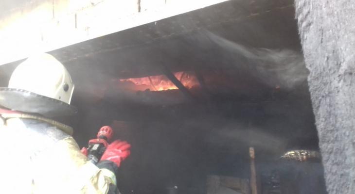 Сегодня с утра сгорело 225 квадратных метров гаражей...