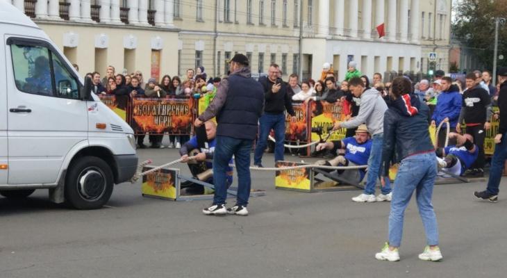 В центре Владимира силачи тянут на канатах микроавтобусы