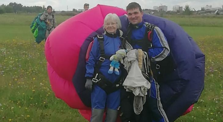 Неутомимые пенсионеры: они прыгают с парашютом и бегают на соревнованиях