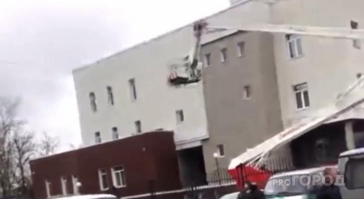 Во Владимире у здания суда много пожарных машин с вышками
