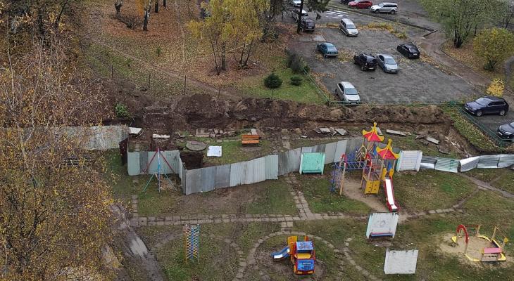 Во Владимире траншея рядом с детской площадкой угрожает здоровью детей